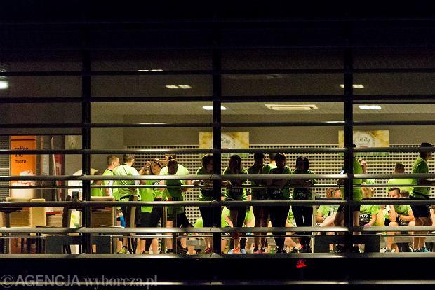 Zdjęcie numer 10 w galerii - SkywayRun 2018. 1000 osób pobiegło w nocy po pasie startowym w Jasionce [ZDJĘCIA]