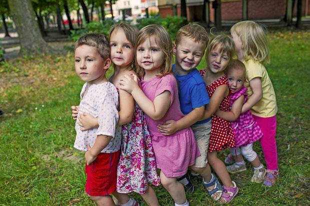 Rząd faworyzuje rodziny wielodzietne? Na to możesz liczyć, jeśli masz troje lub więcej dzieci [RAPORT]