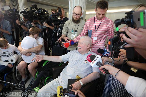 Lech Wałęsa spotkał się w z protestującymi w Sejmie niepełnosprawnymi i ich opiekunami