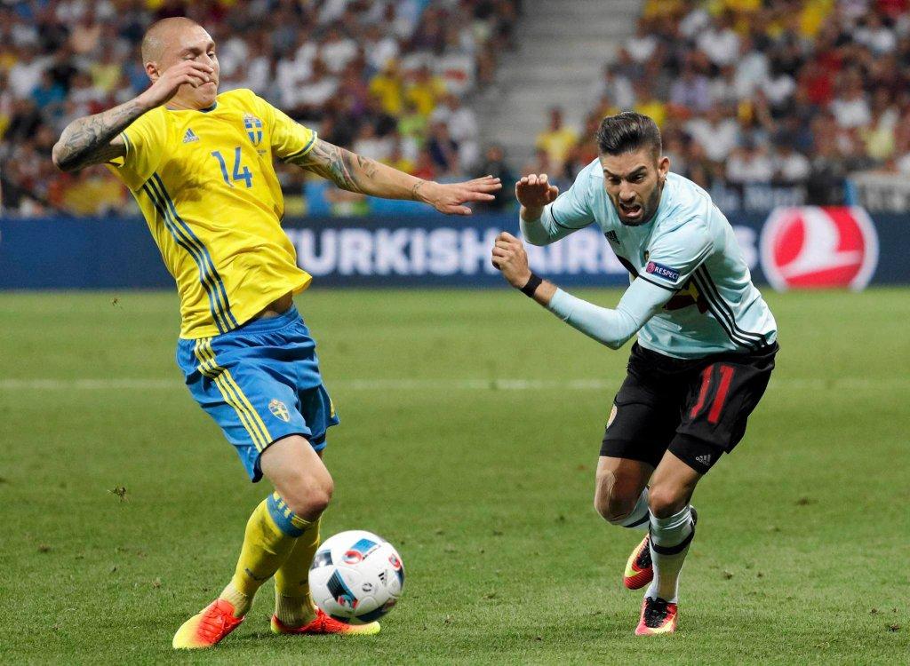 Euro 2016. Mecz Szwecja - Belgia. Z lewej Victor Lindelof