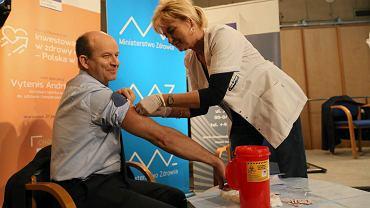 Jeśli to nie covid, takie obrazki głównie w archiwum. Tu: 27.10.2016 Warszawa, BUW. Minister Zdrowia Konstanty Radziwiłł szczepiony przeciw grypie.