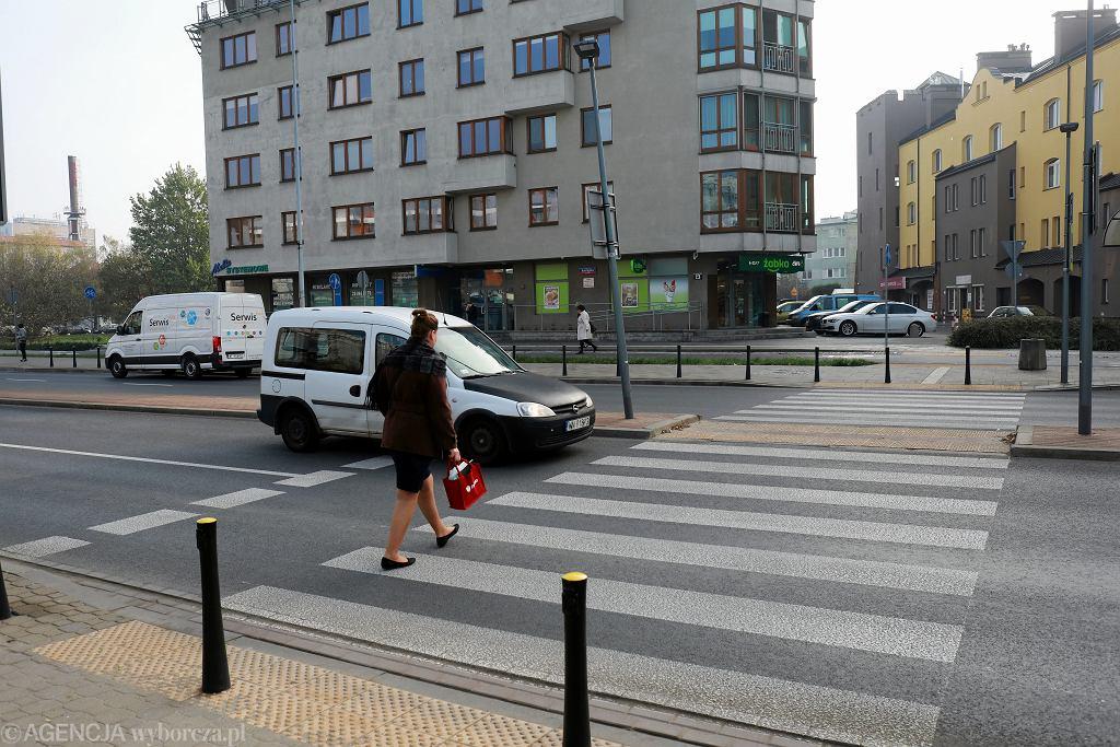 Przejście dla pieszych w Warszawie: ul. rtm. Pileckiego przy ul. Makolągwy na Ursynowie