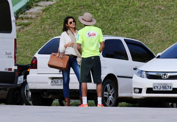 REFILE - RESENDING SMALLER SIZED FILE  Brazil's national soccer team player Neymar talks to his girlfriend, Brazilian actress Bruna Marquezine, after a training session in Teresopolis near Rio de Janeiro June 1, 2014. REUTERS/Marcelo Regua (BRAZIL - Tags: SPORT SOCCER WORLD CUP ENTERTAINMENT)