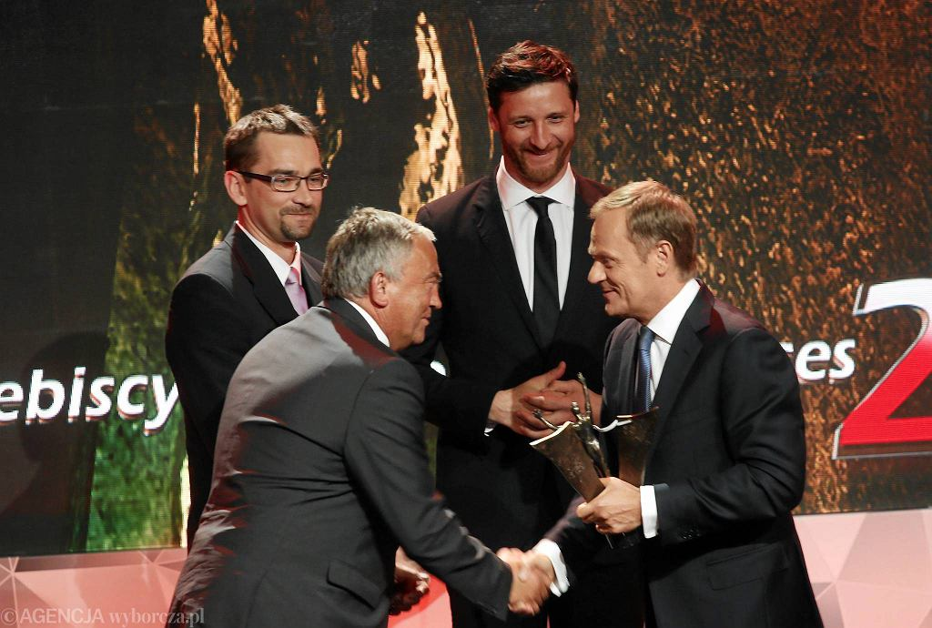 Donald Tusk i Piotr Gruszka, Sebastian Świderski i Mirosław Przedpełski podczas gali przyznania nagrody dla sportowca 25-lecia na Stadionie Narodowym