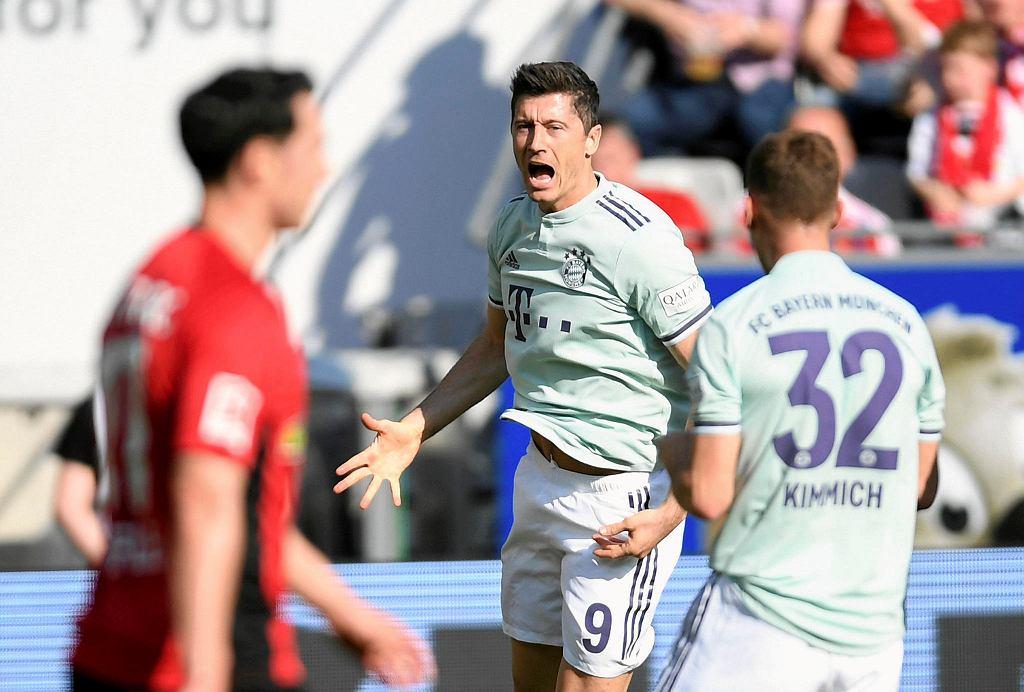 Robert Lewandowski (w środku) w ostatnich ośmiu meczach strzelił dziewięć goli