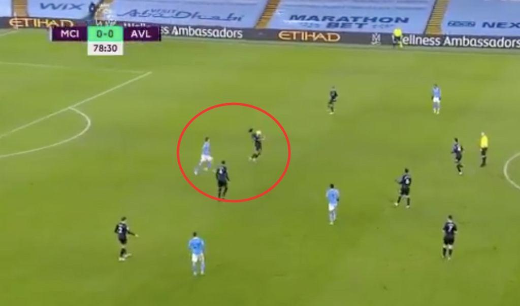 Rodri (Manchester City) wybiegający zza pleców Tyrone'a Mingsa (ASton Villa). Źródło: Twitter