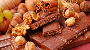 Bogatym źródłem magnezu są m.in. orzechy, czekolada oraz awokado