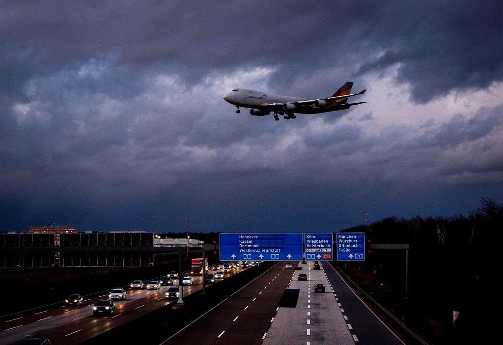 Boeing 747 podchodzi do lądowania we Frankfurcie.