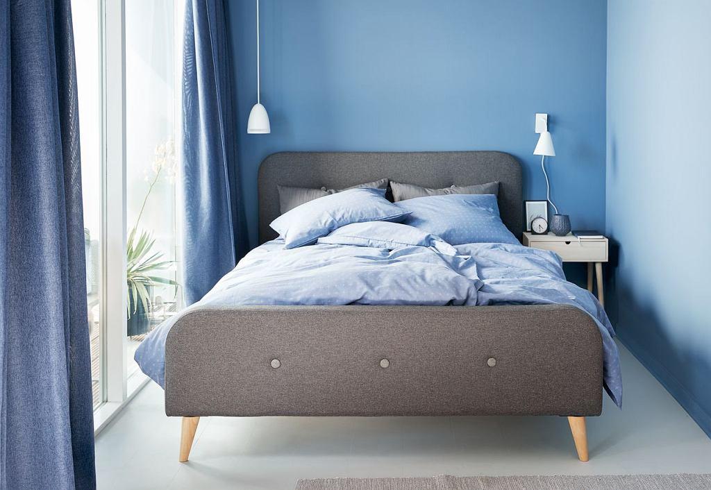 Aranżacja sypialni z łóżkiem na wysokich nóżkach