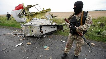 Prorosyjski separatysta na miejscu katastrofy MH17