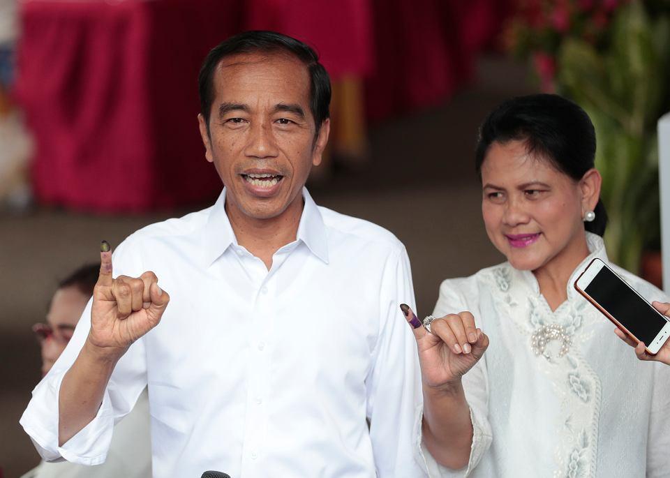 Indonezyjski prezydent Joko Widodo wraz z żoną Irianą pokazują palce poplamione tuszem - znak, że właśnie wzięli udział w wyborach powszechnych. Dżakarta, 17 kwietnia 2019 r.