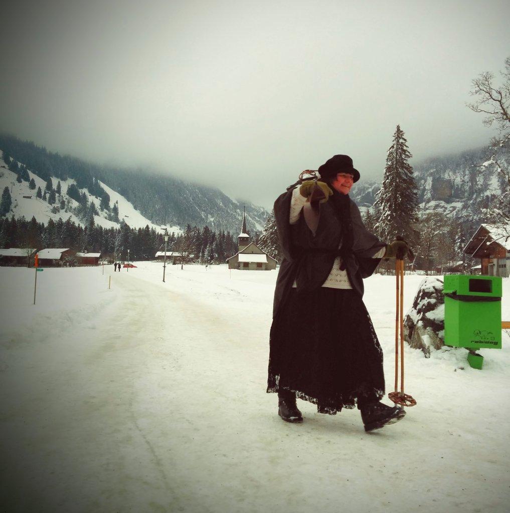 Pani z nartami i w koronkach
