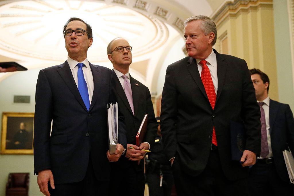 USA. Porozumienie ws. pakietu dla gospodarki. Z lewej sekretarz skarbu Steven Mnuchin, z prawej przedstawiciel Białego Domu Eric Ueland.