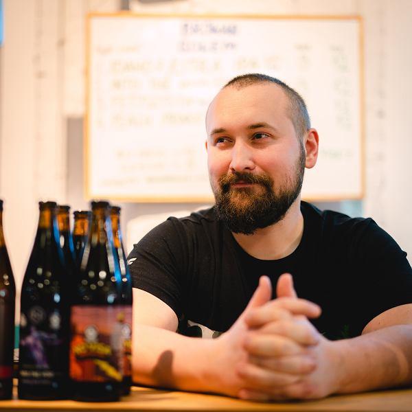 Artur Karpiński - jeden z założycieli rzemieślniczego Browaru Golem, promotor piwowarstwa autorskiego i dobrej kuchni, autor bloga Beer, Bacon & Liberty.