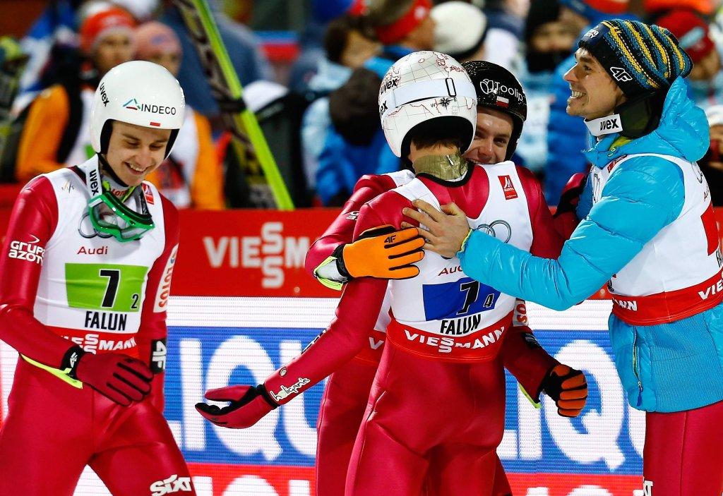 Polacy cieszą się ze 126-metrowego skoku Kamila Stocha w ostatniej serii. Drugiego miejsca nie udało się utrzymać, ale brąz to i tak wyrównanie najlepszego wyniku w historii. Poprzednio Polacy zajęli trzecie miejsce na MŚ w Val di Fiemme w 2013 roku