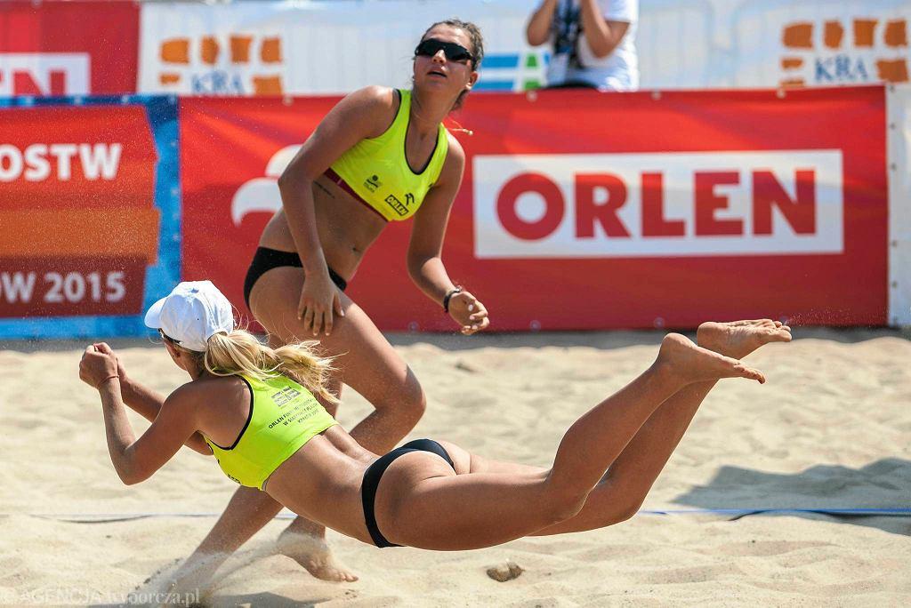 Rywalizacja pań podczas mistrzostw Polski w siatkówce plażowej na boiskach Wandy
