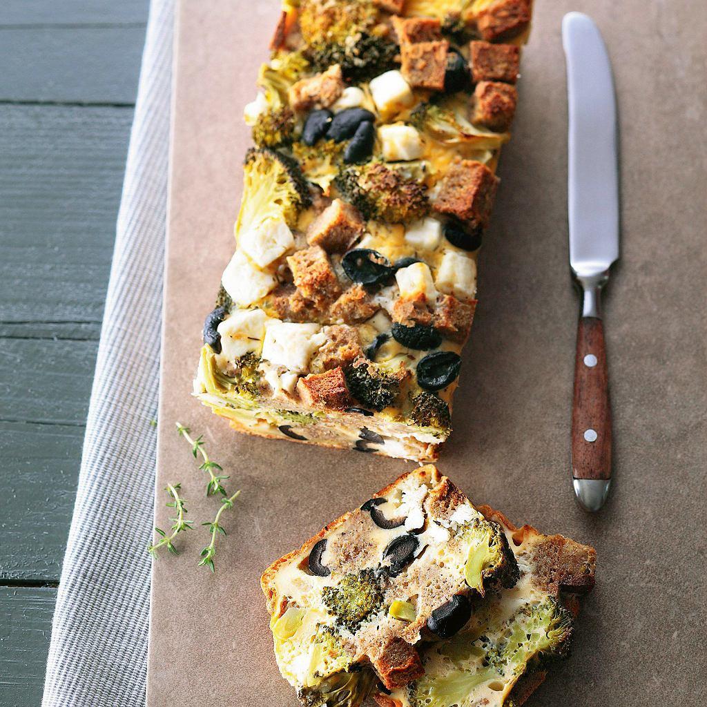 Chlebowa zapiekanka z fetą i brokułami