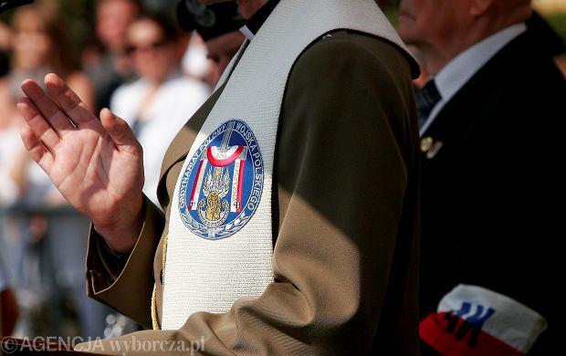 Ile zarabiają kapelani w wojsku, skarbówce, straży granicznej, więziennictwie, szpitalach. I ilu ich jest?