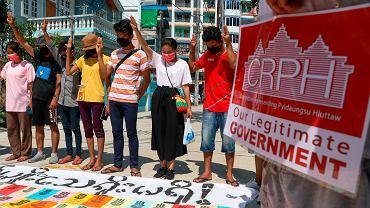 11.04.2021, Rangun, Birma, manifestacja z banerem z nazwiskami osób zabitych przez wojsko podczas trwających protestów.
