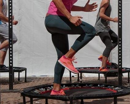 Jumping fitness - efektywne ćwiczenia na trampolinach.