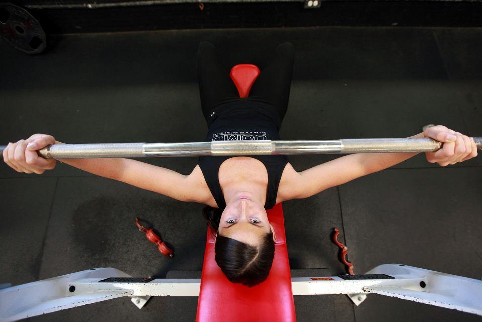 Spodnie i topy idealne na fitness i siłownie - przegląd