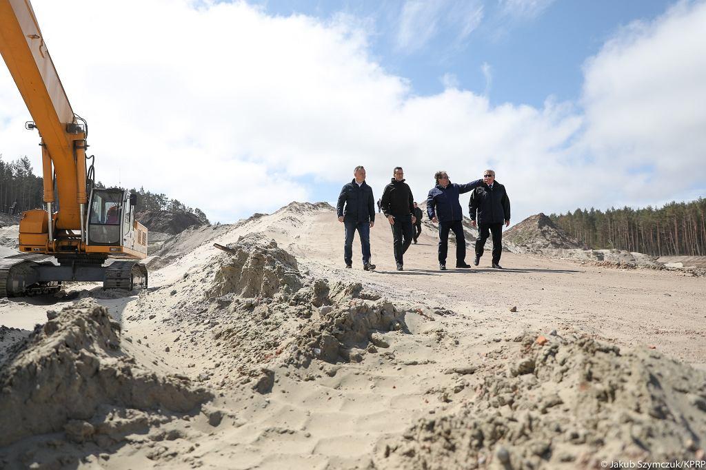Przekop Mierzei Wiślanej. Prezydent Andrzej Duda i premier Mateusz Morawiecki na terenie budowy przekopu kanału przez Mierzeję Wiślaną