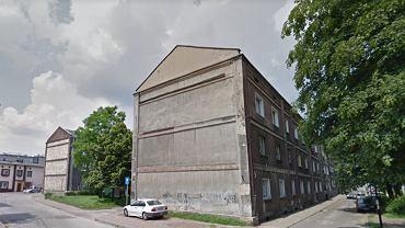 Na pierwszym planie budynek przy ul. Kraszewskiego 15. W tle budynek sąsiedni z elewacją z kamienia