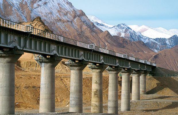 Podróż pociągiem z Pekinu do Tybetu, azja, podróże, Dzięki potężnym wiaduktom pociąg nie ma kontaktu z ziemią i nie rozmraża skutego wiecznym lodem gruntu
