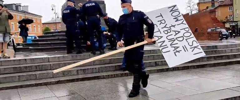 Policja zatrzymała mężczyznę, który sam protestował na placu Zamkowym