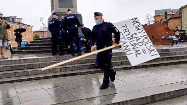 Policja zatrzymała mężczyznę, który protestował na Placu Zamkowym
