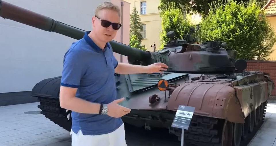 بولندا لتحديث دباباتها نوع T-72 بقيمه 450 مليون دولار Z25035057V,Posel-Michal-Stasinski-pokazuje-czolg-T-72-w-Muzeu