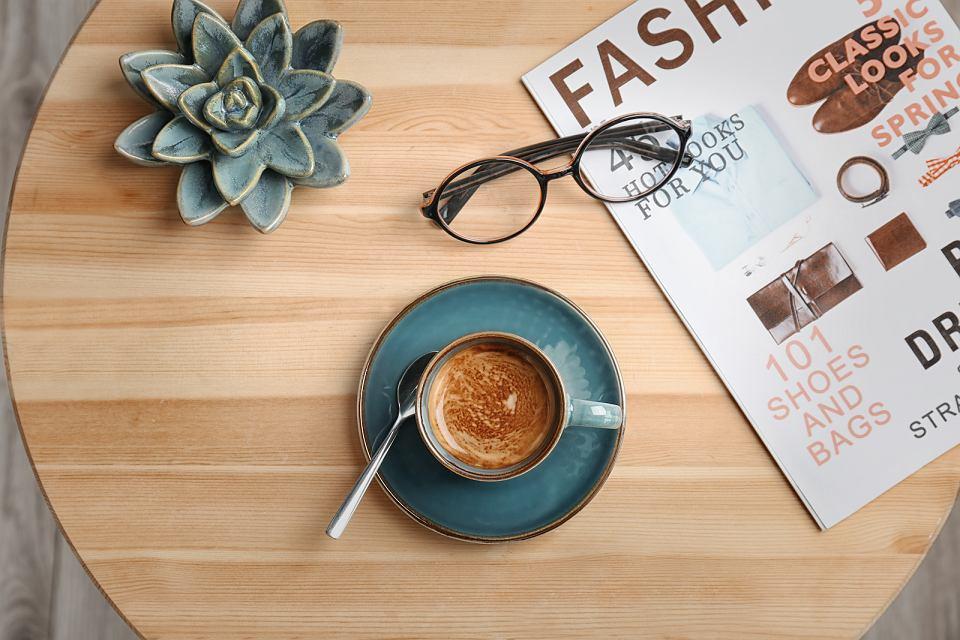 Kącik kawowy w salonie.
