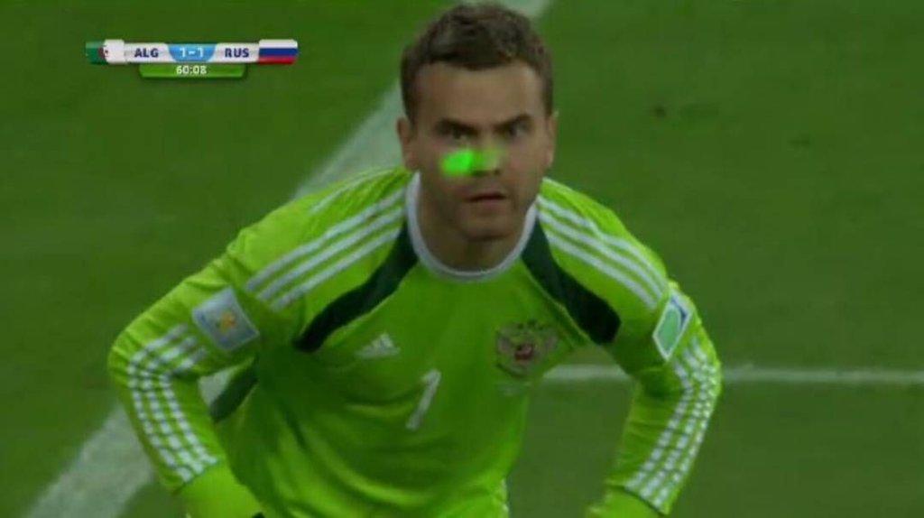 Kibice próbowali rozproszyć bramkarza reprezentacji Rosji