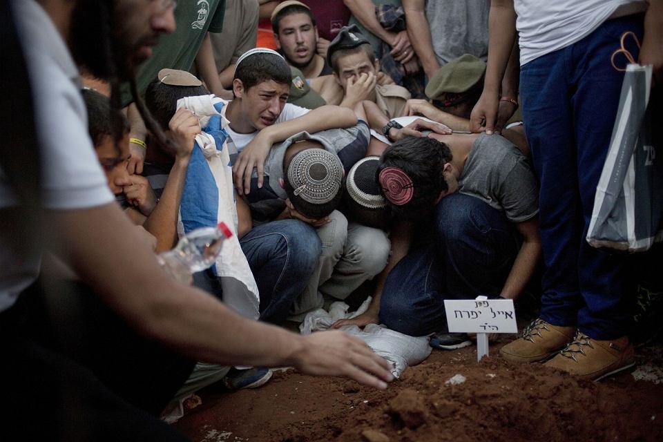 Przyjaciele i członkowie rodzin zamordowanych Eyala Yifrah, Gilada Shaara, and Naftaliego Fraenkela podczas ich pogrzebu 1 lipca 2014.