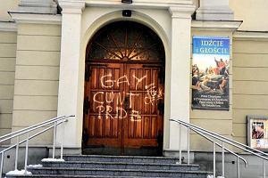 Wulgarny napis na drzwiach kościoła i urzędu gminy w Brzeszczach