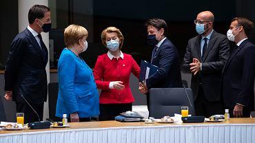 18.07.2020, Bruksela, szczyt Unii Europejskiej, od lewej: premier Holandii Mark Rutte, kanclerz Niemiec Angela Merkel, przewodnicząca Komisji Europejskiej Ursula von der Leyen, premier Włoch Giuseppe Conte, przewodniczący Rady Europy Charles Michel i prezydent Francji Emmanuel Macron