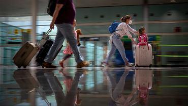 Turyści na lotnisku w Barcelonie.