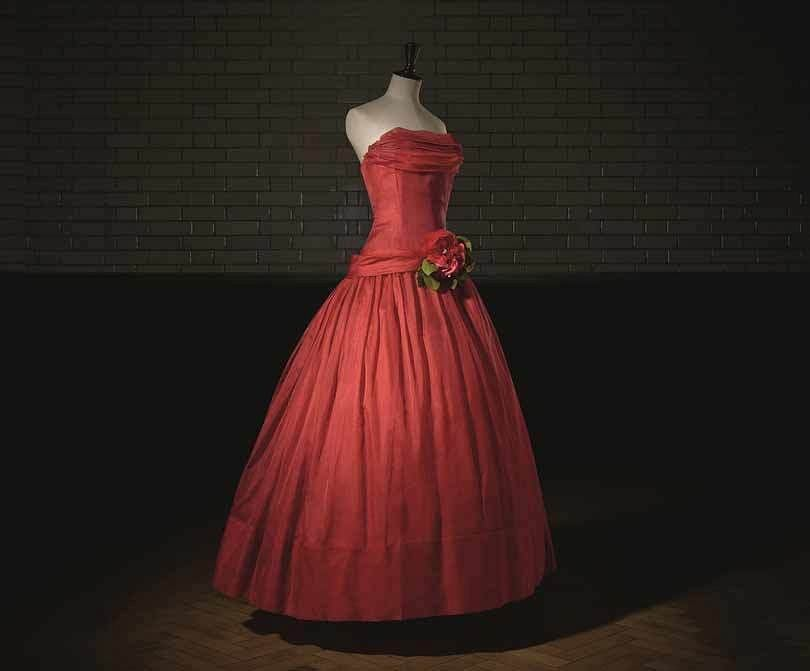 Wieczorowa suknia Haute Couture z kolekcji wiosna-lato 1955 Christiana Diora prezentująca linię A