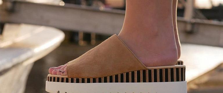 Wygodne buty na lato? Postaw na klapki na platformie. Mamy hity z wyprzedaży