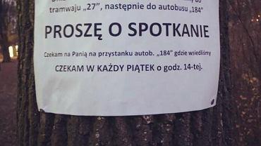 Zdjęcie ogłoszenia, które zawisło na drzewie na Woli