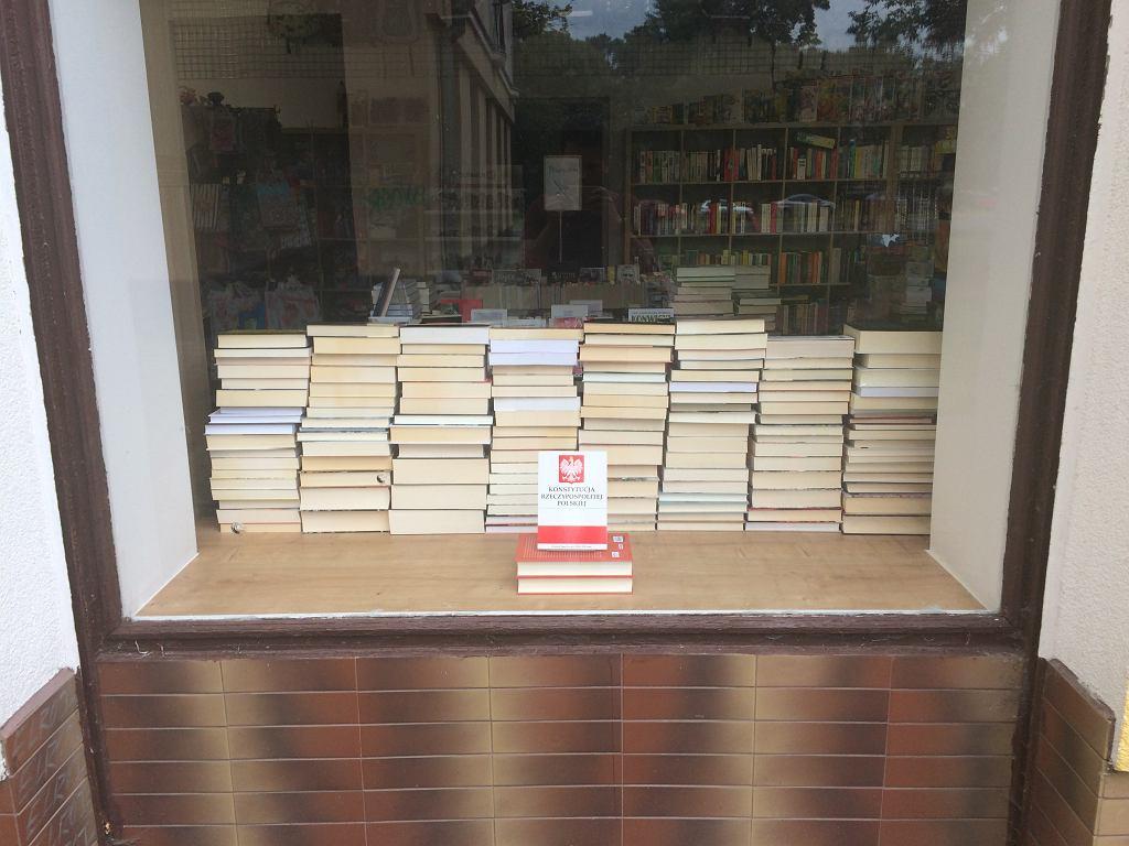 Witryna księgarni Między kartkami