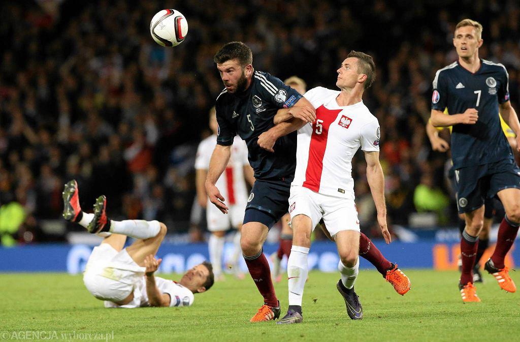 Glasgow: mecz podczas eliminacji Mistrzostw Europy Szkocja - Polska. Krzysztof Mączyński w akcji