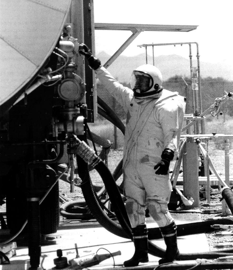 Technik w specjalnym stroju ochronnym, obowiązkowym podczas zajmowania się paliwem do rakiet Titan II