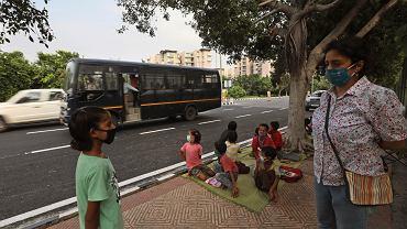 3.09.2020, Nowe Delhi, Indie, nauczycielka z klasą składającą się z dzieci z niższych kast.