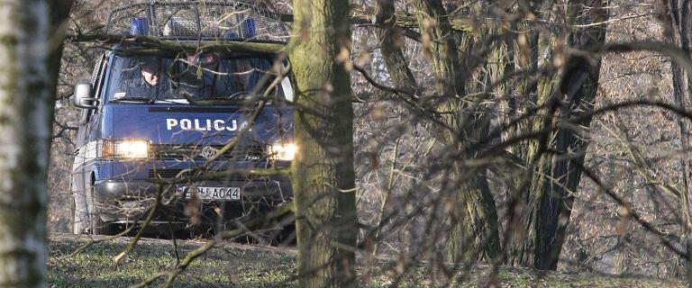 Karetka wezwana do samochodu stojącego w lesie. W środku 21-latka