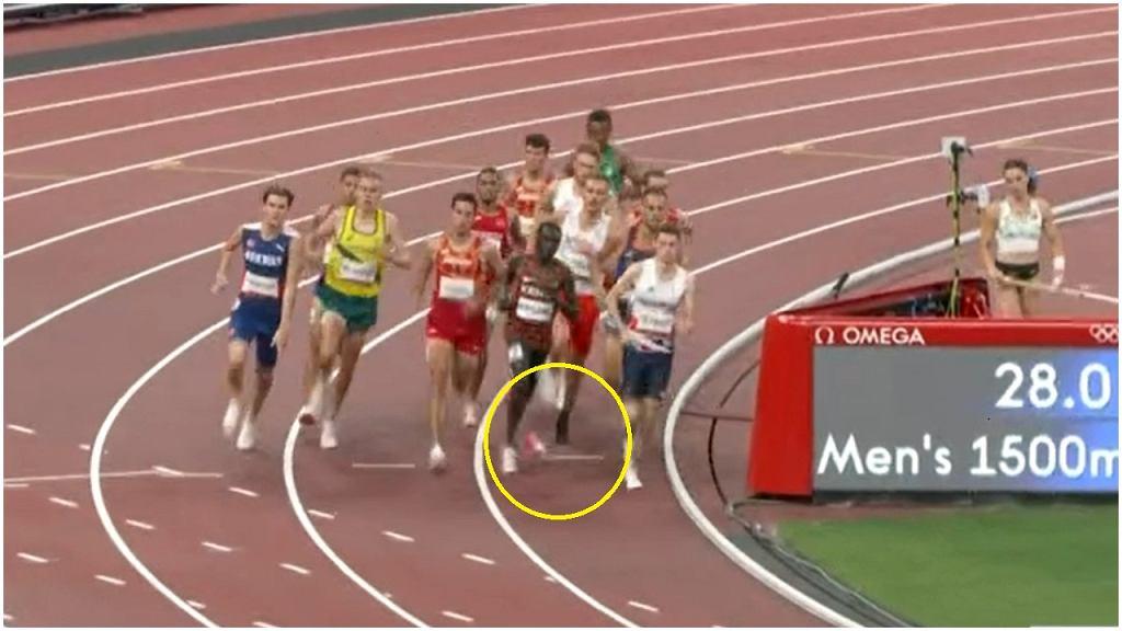Michałowi Rozmysowi spada but w trakcie biegu półfinałowego na 1500 metrów w trakcie igrzysk w Tokio