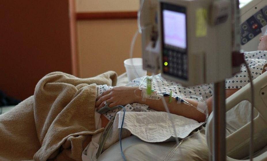 Wezwała pogotowie z powodu bólu brzucha, okazało się, że to nie zwykłe zatrucie
