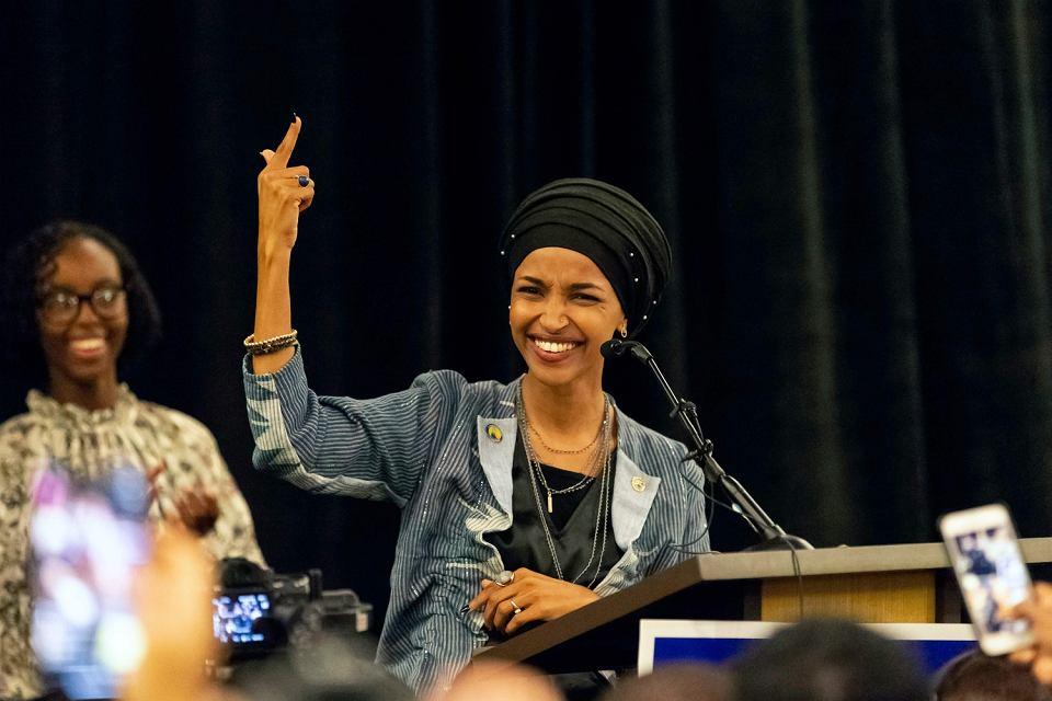 Ilhan Omar urodziła się w stolicy Somalii, do USA dotarła jako dziecko. W listopadzie 2018 r. w wyborach uzupełniających do Kongresu zdobyła mandat z ramienia Demokratów