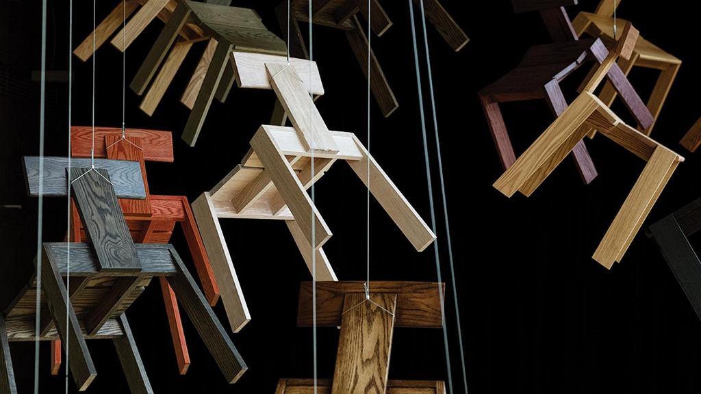 Krzesło drewniane Natural Born wykończone różnymi kolorami oleju.
