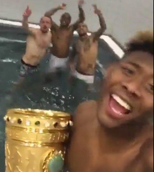 David Alaba świętuje Puchar Niemiec